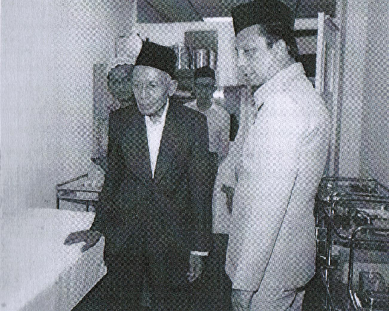 With Jamiyah's President on his right and ex-Mufti Sanusi Mahmood at the background (with spectacle)